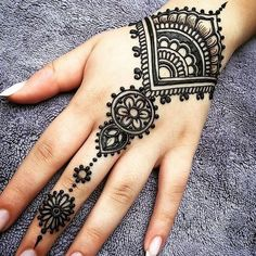 What is a Henna Tattoo? Henna tattoos are becoming very popular, but what precisely are they? Henna Tattoo Hand, Henna Tattoo Designs, Simple Henna Tattoo, Henna Mehndi, Mehendi, Henna Diy, Mandala Tattoo, Henna Mandala, Henna On Hand