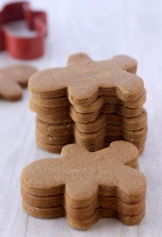 Gingerbread Cookies That Won't Spread. The best part was taking out the raising agent which improved the taste of the cookies! Cookie Desserts, Holiday Desserts, Holiday Baking, Holiday Treats, Holiday Recipes, Cookie Recipes, Dessert Recipes, Galletas Cookies, Holiday Cookies