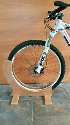 Bike Stand Diy, Bicycle Stand, Bicycle Hanger, Diy Bike Rack, Woodworking Projects Diy, Diy Wood Projects, Wood Crafts, Diy Garage Storage, Bike Storage