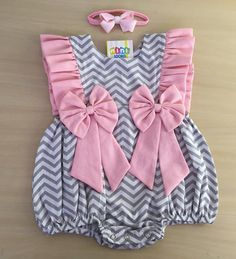 "Mini Looks® on Instagram: ""Para arrancar suspiros com esse modelinho novo😍 Jardineira super fofa!  Veste 6-12 meses…"" Baby Girl Dress Design, Baby Girl Dress Patterns, Baby Clothes Patterns, Cute Baby Clothes, Baby Girl Shirts, Baby Girl Romper, Baby Dress, Kids Dress Wear, Dresses Kids Girl"