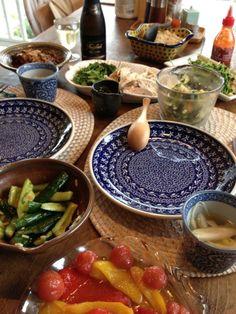 ハイナンチキンライス、プチトマトパプリカマリネ、もつ煮込み、浅漬けやら煮浸しやら素晴らしい素材のおかげで美味しいごはんに