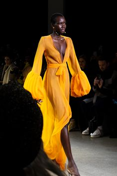 Look Fashion, Runway Fashion, Fashion Show, Fashion Design, Fashion Forecasting, Yellow Fashion, Womens Size Chart, Mellow Yellow, Models