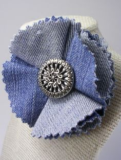 Recycled Denim Flower Pin by crochetgirl - could be made with felt circles trimmed with pinking shears, antique button in the center)Articoli simili a Recycled Denim Flower Pin su EtsyFor my hat-Recycled jeans Flower MásReuse old jeans it looks pretty ea Jean Crafts, Denim Crafts, Fabric Crafts, Sewing Crafts, Sewing Projects, Denim Flowers, Fabric Flowers, Flower Jeans, Artisanats Denim
