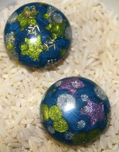 by Jenny Bezingue Make a polymer clay bead that looks like glass. The secret is pearl and translucent clays that are combined with glitter, then baked, sanded and buffed to a reflective shine.