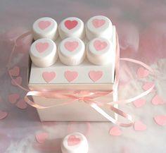 DÁREK Z LÁSKY - krabička na dárek, ozdobená plastovými víčky a srdíčky EKOATELIÉR 2015  Love gift- gift box with plastic plastic bottle caps and hearts