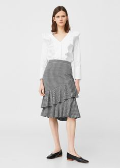Discover the latest trends in Mango fashion, footwear and accessories. Shop the best outfits for this season at our online store. Ruffle Skirt, Dress Skirt, Midi Skirt, Latest Fashion Trends, Fashion News, Mango France, Modest Skirts, Gingham Check, Fashion Outlet