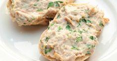 A receita de patê de atum iogurte rende aproximadamente 6 porções. Leia mais Receita de patê de atum com cebola Receita de patê de atum de alheira com maçã Receita de patê da abacate Ingredientes • 200 g de ricota fresca • 2 latas de atum • 4 colheres (sopa) de maionese • 2 colheres (sopa) de ketchup