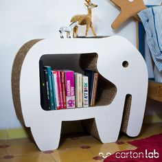 Mesita de noche de cartón con forma de elefante diseñada por Cartonlab. Night table made of cardboard with elephant shape designed by Cartonlab.