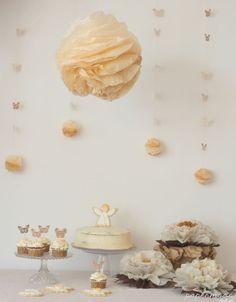 Mesa dulce con pompones y flores en tonos crema y tostado. http://www.papermoonandco.com/