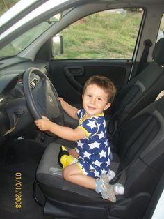 Notre jeune conducteur porte le combishort bébé garçon de Maxomorra ayant connu un succès énorme avec les étoiles que tout le monde adore...!