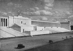 Haupttribüne auf dem Zeppelinfeld (Architekt: Albert Speer) - come architetttura ricorda molto l'altare di Zeus a Pergamo