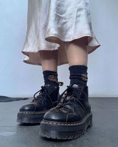 Dr. Martens, Sock Shoes, Cute Shoes, Me Too Shoes, 90s Shoes, Look Retro, Look Vintage, Vintage Shoes, Aesthetic Shoes