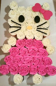 Perfect for a Hello Kitty party! Cupcakes decorated to make Hello Kitty Cake, convenient and cute! Pull Apart Cupcake Cake, Pull Apart Cake, Cupcake Cakes, Cupcake Ideas, Cupcake Birthday Cakes, Cupcake Cake Designs, Hello Kitty Torte, Hello Kitty Cupcakes, Hello Kitty Birthday Cake