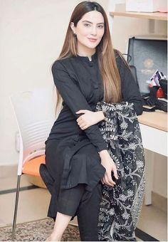 Dress Indian Style, Indian Fashion Dresses, Indian Designer Outfits, Designer Dresses, Beautiful Pakistani Dresses, Pakistani Dresses Casual, Pakistani Dress Design, Black Pakistani Dress, Simple Kurti Designs