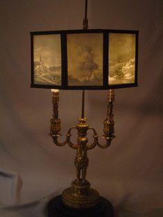 Louis XVI candelabros de bronce dorado antiguo con sombra omrakl o Lithophane. - Gavin Douglas Antigüedades