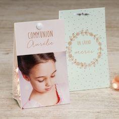 Assorties aux invitations, ces boites à dragées communion couronne fleurs au format étui seront à disposer joliment sur la table des invités. Personnalisez la avec la photo et le texte de votre choix.