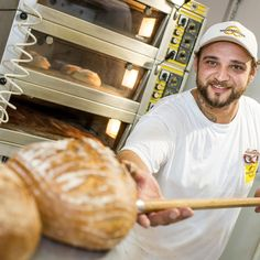 Bei welcher Temperatur Brot backen? 🤔 ... Brot und Brötchen werden im vorgeheizten Ofen bei hohen Temperaturen von 220 bis 250 Grad Celsius bei Ober-und Unterhitze gebacken. 😋 Ma guat! Ofenfrische Vielfalt ist angesagt beim Wienerroither am Wörthersee! .  #wienerroither #maguat #bäckerei #brot #Gebäck #handgemacht #bäcker #geschmack #genuss #brotpower  #backen #backstube, #backhandwerk, #bake, #bakery, #withlove  #wörthersee #kärnten #austria