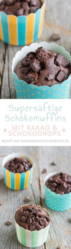Unsere liebsten Schokomuffins, weil sie simpel und extrem fix gemacht sind, aber trotzdem absolut köstlich schmecken. Wer mag, gibt noch Schokodrops in bzw. auf den Teig oder dekoriert die Muffins mit Schokoguss.