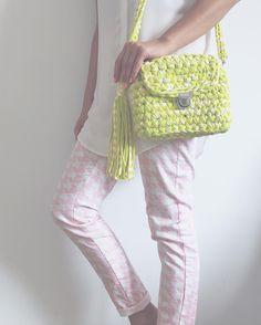 Consulta esta foto de Instagram de @amadknit • 115 Me gusta Diy Crochet Bag, Crochet Clutch Bags, Crotchet Bags, Crochet Shoes, Crochet Handbags, Crochet Purses, Knit Crochet, Crochet Backpack Pattern, Crochet T Shirts
