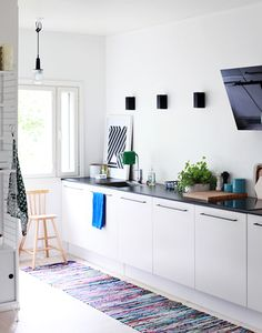 modern sleek kitchen with black counter tops and white cupboards Attic Apartment, Attic Rooms, Attic Playroom, Attic Bathroom, Kitchen Design, Kitchen Decor, Kitchen Rug, Nice Kitchen, Kitchen White