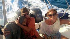 La donna greca stava tornando da un'escursione a bordo di un motoscafo, insieme a suo marito, la loro figlia di 8 anni e un'amica, quando ha visto in