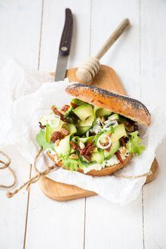 #Recetas con #bagels ¿Te apetece probar el bagel de cheddar y aguacate? #dinner…