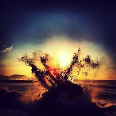 """""""Filha sou do mar que me trouxe à praia sentada nas ondas vestida de algas e anémonas. O vento é o meu corpo que se une ao rochedo maior numa noite de maré vaza."""" (LÍLIA TAVARES) (foto by Guto Kuerten)"""