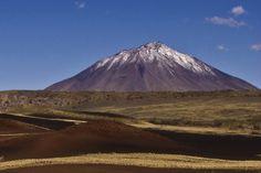 Extensas planicies de lava con una concentración aproximada de 800 conos volcánicos. Es una muestra del ecosistema patagónico en Mendoza. Se destacan extensas coladas de basalto y campos de piroclastos de diversos colores, que datan de épocas geológicas muy recientes. En sus escenarios de gran belleza se pueden apreciar grandes poblaciones de guanacos. Y esta ubicada en la malargue