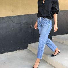 Mom jeans and kitten heels Kitten Heels Outfit, Heels Outfits, Casual Outfits, Fashion Outfits, Black Heels Outfit, Fashion Top, Work Outfits, Fashion Clothes, Fashion Brands