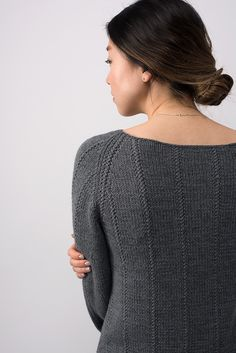 The gradual slope of bell shaped sleeves compliment vertical stitch details, lending a sophisticated look. The combination of Dune and Cima creates a soft, durable drape in Column. Knitting Machine Patterns, Poncho Knitting Patterns, Knitting Designs, Knitting Sweaters, Loom Patterns, Knitting Baby Girl, How To Purl Knit, Knit Purl, Arrow Keys