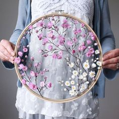 flowers How to make embroidery hoop art with dried flowers - From Britain with Love Comment faire de l'art du cerceau de broderie avec des fleurs sches. Embroidery Hoop Crafts, Flower Embroidery Designs, Hand Embroidery Stitches, Ribbon Embroidery, Cross Stitch Embroidery, Knitting Stitches, Embroidery Ideas, Diy Embroidery Hoop Stand, Diy With Embroidery Hoop