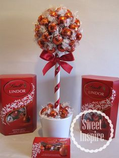Small Lindor Lindt Sweet Tree for Xmas day visitors Christmas Hamper, Christmas Treats, Christmas Time, Christmas Decorations, Christmas Candy, Chocolate Tree, Chocolate Bouquet, Chocolate Gifts, Candy Crafts