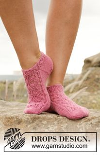 """Camellia Rose - Knitted DROPS ankle socks with lace pattern in """"Fabel"""". - Free pattern by DROPS Design"""