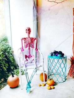 I have been wanting a life size skeleton in my Halloween decorations for. Scary Halloween Decorations, Halloween Home Decor, Creative Halloween Costumes, Outdoor Halloween, Family Halloween, Halloween House, Spooky Halloween, Halloween Crafts, Halloween Party