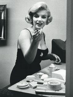 Marilyn Monroe née en 1926, à Los Angeles. est une grande dame et surtout une icône beauté indétronable. Pour rendre hommage au 50e anniversaire du décès de Marilyn Monroe j'ai décidé de faire un petit billet sur ses secrets et gestes beautés. Un billet...
