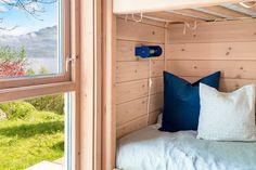 FINN – Ombo - Flott arkitekttegnet fritidsbolig med nydelig utsikt over fjorden. Anneks og egen båtplass.