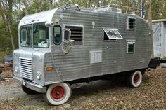 Kinda looks like a cross-between a trailer and a lunch truck Vintage Campers Trailers, Vintage Caravans, Camper Trailers, Bus Motorhome, Camper Caravan, Truck Camper, Teardrop Caravan, Camper Van, Mini Camper
