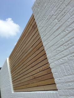 Douglas schutting uit rhombus delen in wit gekeimde muur