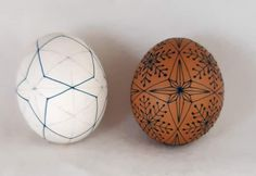 Christmas Balls, Christmas Gifts, Polish Easter, Easter Egg Pattern, Brown Eggs, Ukrainian Easter Eggs, Egg Decorating, Ball Ornaments, Pyrography