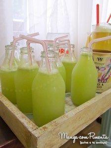 """Limonada Especial. """"A receita é fácil, pega um limão siciliano e umas 10 folhas de capim santo, tira aquele miolo branco e as sementes do limão e bate bem com 1 copo de água . Depois coa e coloca mais 1/2 litro de água e adoçante á gosto. Na hora de servir coloca 1 copo de água com gás."""" *Receita da Lia do blog O Tacho da Pepa Ps.: Detalhe especial nas garrafas, são de leite de coco que ela utilizou para colocar o suco, ficou estilo festa gringa. Lindo não?"""