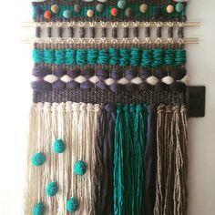 Telares Decorativos Lana Natural, $ Desde Inkle Weaving, Weaving Art, Tapestry Weaving, Hand Weaving, Textiles Techniques, Weaving Techniques, Weaving Wall Hanging, Wall Hangings, Yarn Thread