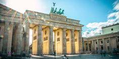 Bolsa de estudos de até 2.770 Euros mensais na Alemanha para jovens brasileiros Hauptbahnhof Berlin, Berlin Alexanderplatz, Hotel Berlin, Berlin Mitte, Tourist Map, Tourist Places, Germany In Winter, Pergamon Museum, East Side Gallery
