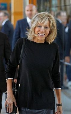 Our fascination with French women's beauty never ceases and Brigitte Trogneux, the wife of French presidential candidate Emmanuel Macron, has only peaked our interest as she's stepped into the spotlight in recent weeks. Over 50 Womens Fashion, Fashion Over 50, Beaux Couples, French Women Style, Beautiful Old Woman, Aging Gracefully, Parisian Style, French Fashion, Older Women