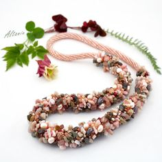 Bittersweet, broun and rose Necklace. Seed beads, opal, rose and smokey quartz stone chips. Massive necklace with beads, pearl and stones. Rose Necklace, Gemstone Necklace, Beaded Necklace, Beaded Bracelets, Trendy Necklaces, Handmade Necklaces, Indian Jewelry Sets, Gold Jewellery Design, Fashion Jewellery