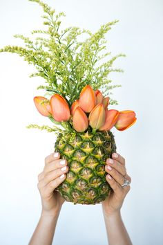 See how to make your own fruit vases for any flower arrangement