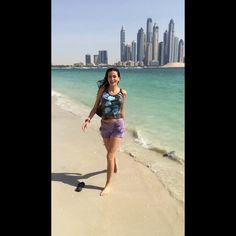 دومينيك تستمتع بالطقس المشمس على الشاطئ