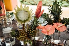 Bruiloft trends 2021: hoe meer bloemen, hoe beter! In dit artikel zetten we de bloemen decoratie trends op een rij, die we dit jaar veel voorbij zien komen tijdens bruiloften.   bruiloftsversieringen bloemen - anthurium - bruiloft bloemstukken - bruiloft bloemen decoratie - tafel bloemstukken bruiloft - grote bloemstukken bruiloft - bruidsboeket anthurium Floral Wedding, Wedding Flowers, Arte Floral, Wedding Trends, Destination Wedding, Wedding Inspiration, Tropical, Table Decorations, Concept