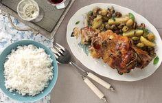Το καθιερωμένο κυριακάτικο αρνάκι στη γάστρα εμπλουτίζεται με φθινοπωρινά λαχανικά και ντύνεται με ένα μείγμα από σουσάμι και μουστάρδα.