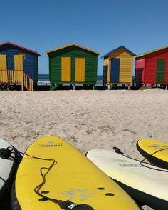 Bom dia pra você que não vai poder pegar praia hoje -- e pra quem vai pegar também!  Essa aqui é a Muizenberg Beach praia de Cape Town (África do Sul) onde a @allinedauroiz nossa editora de lifestyle teve aulas de surf. Considerada a melhor praia pra aprender o esporte (apenas quando a bandeira branca está hasteada ou seja quando o mar não tem tubarão) Muizenberg também fica do ladinho de Kalk Bay região boêmia repleta de barzinhos e restaurantes. Uma vez por ali não deixe de visitar os…