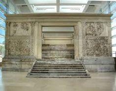 Ara Pacis Augustae. Qui possiamo vedere la parte esterna dell'Ara Pacis,la sua costruzione fu iniziata all'inizio del 13 sec. d.C, secondo fonti storiche. n.b.:Ovidio indica il 30 d.C come data di inizio della costruzione. si consideri: https://www.youtube.com/watch?v=sPedd2ILS2M